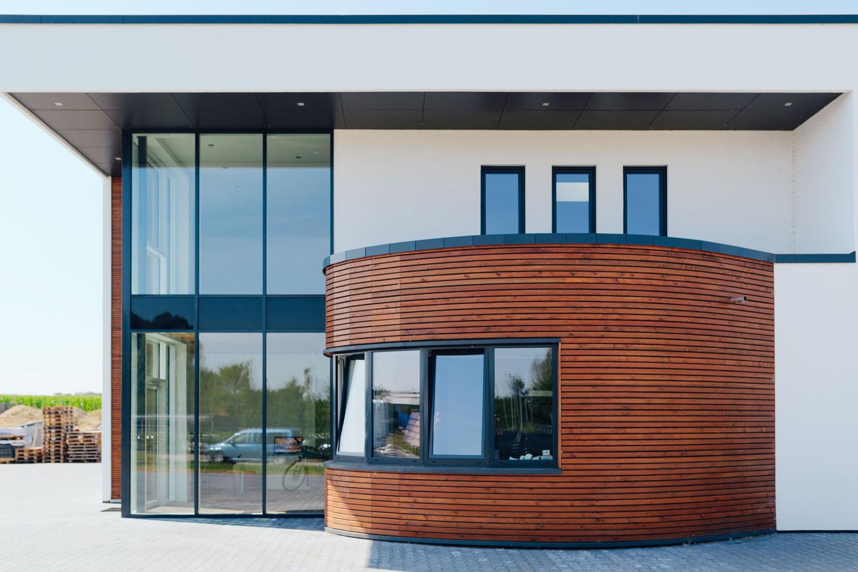 Firmengebäude in Wismar / Nahaufnahme seitlich
